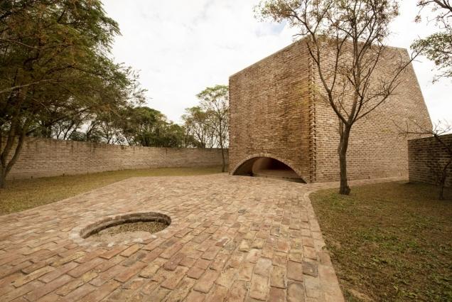 Brick Awards 2018: Zvláštní cena, kategorie Sdílení veřejného prostoru: Kaple sv. Bernarda, La Playosa, Argentina Architekt: Nicolás Campodonico Estudio, Argentina Jednoduchá architektura z pálených cihel vytváří v argentinské pampě, na odlehlém místě bez vody a vody a elektřiny prostředí pro nerušenou meditaci a splynutí s přírodou. Okolo je jen pustá volná krajina a slunce. Stavba je navržena tak, aby v den Svatého Bernarda slunce vrhalo stín ve tvaru kříže přesně na osu vnitřního prostoru kaple.