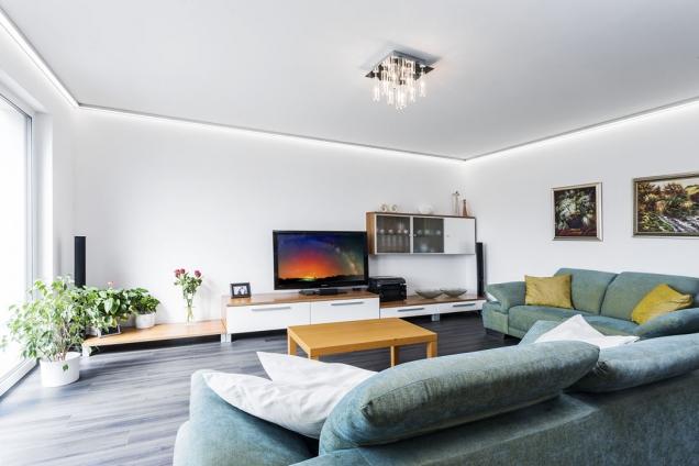 Díky dostatečnému množství úložných prostor vdomě nemusí být hlavní obytná místnost přetížena nábytkem.