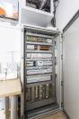 Ostrovní elektrárna: Vsystému je použita apracuje ostrovní elektrárna, která není spojena srozvodnou sítí apoužívá se pouze kohřevu vody. Nebylo kní potřeba žádné povolení od ČEZu. Pro čtyřčlennou rodinu obvykle postačí výkon do 2 kW, což vdaném případě představuje 7ks fotovoltaických panelů apatentovaný invertor Biosuntec, který se vtomto typu elektrárny používá místo klasického střídače, pro přeměnu jednosměrného proudu zfotovoltaických panelů na proud střídavý.