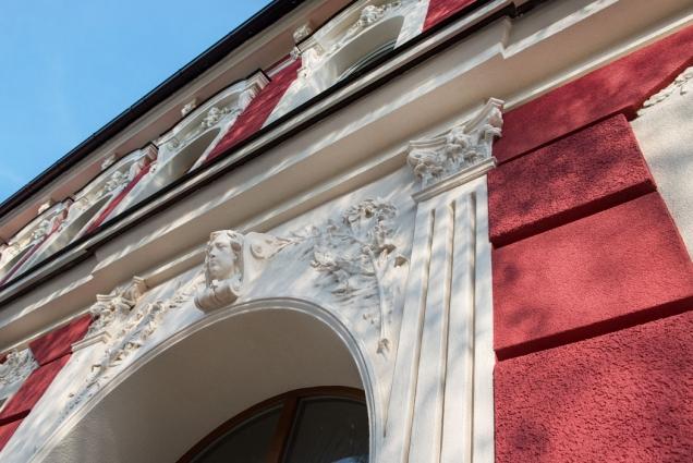"""Zdařilá rekonstrukce bytového domu na Lidické třídě v Českých Budějovicích sklidila u místních lidí pozitivní odezvu. Při opravě klasicistní budovy byly použity výrobky Cemix, včetně nové fasádní omítky ActivCem, vyztužené skelnými vlákny. Pro tuto unikátní omítku se napříč odbornou veřejností vžilo označení """"dlouhovousá""""."""