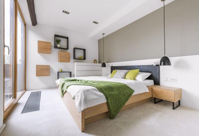 Ložnice získala nový nábytek aefektní iúčelové podhledy.