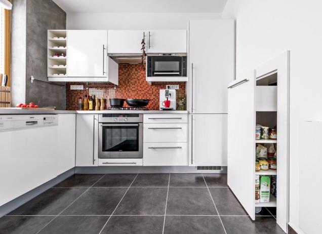 Vkuchyni přibyla stěrka nastěnách avýsuvná potravinová skříň.