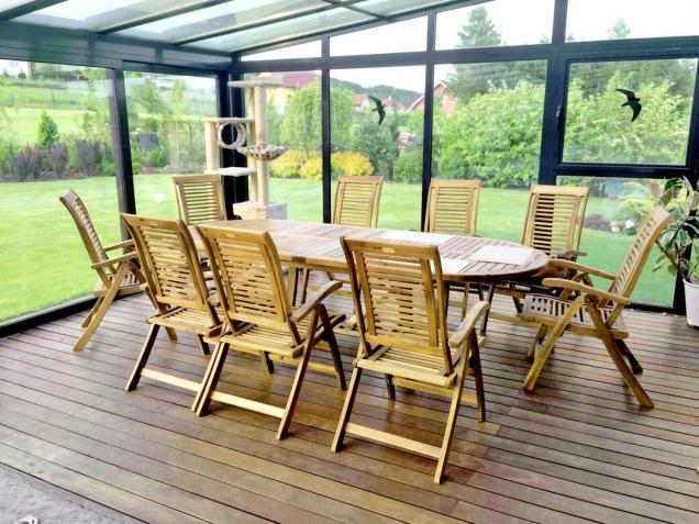 10. Královské posezení: Royal set je sestava luxusního kombinovaného nábytku, která zahrnuje osm rozkládacích křesel a stůl z tvrdého dřeva akácie. Royal set je vhodný pro zahradní kryté plochy a interiéry. Stůl: 180/280 x 115 x 76cm, křeslo 58 x 68 x 110cm. Výrobce: Hecht, cena: 22 990 Kč, www.hecht.cz
