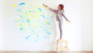 Jednoduchost, krása a čistota. Bílá barva jednoznačně patří do moderního interiéru. Je elegantní, oslňující i luxusní. Je nejsilnějším a nadčasovým trendem. Bílou barvou prostě nemůžete nic zkazit. Na druhou stranu, výběrem vhodného barevného odstínu máte možnost podstatně více ovlivnit pocity a nálady. Také si musíte uvědomit, že bílá je náročnější na údržbu. Máte-li děti nebo domácí mazlíčky, volte raději barevné odstíny.