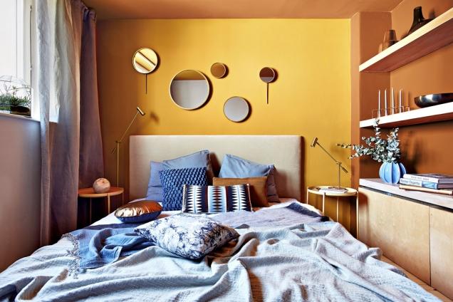 Svůj interiér můžete pomocí barev ladit spíše harmonicky či více kontrastně. V prvním případě používejte pouze odstíny jedné barvy a kombinujte je s neutrálními barvami jako šedá, černá a bílá. Naopak barevný kontrast a výrazně působící interiér vytvoříte kombinací barev ležících na protilehlých pozicích barevného kruhu – červená a zelená, žlutá a fialová, modrá a oranžová apod.