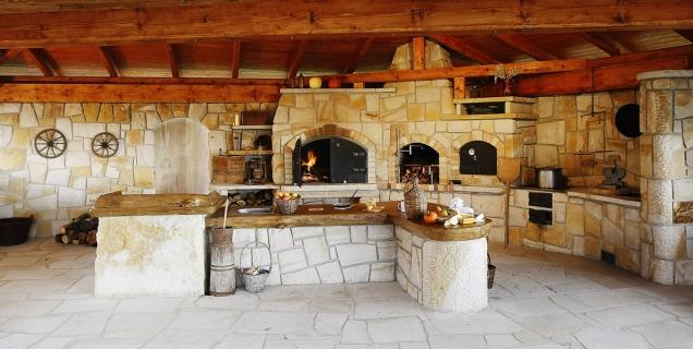 Velká kamenná kuchyně je kromě dvou pecí, udírny, sušárny, plotny pro vaření příloh a polévek či pece tandoori vybavena i ostrůvkem s dřezem a pracovní deskou (HRDINA a ČESKÉ PÍSKOVCE)