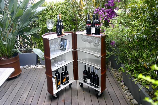 Nápaditý venkovní stolek z recyklovaného plechového sudu z produkce italského designového studia Barrel12, navazujícího na koncept architekta Francesca Cutiniho.