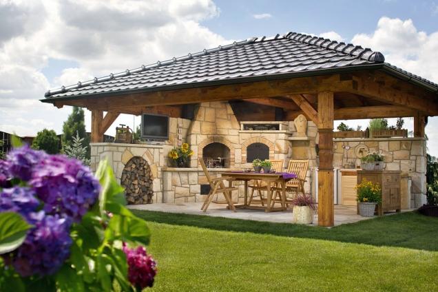 Pískovcová letní kuchyně, zastřešená masivní trámovou konstrukcí s pálenými taškami, je vybavena otevřeným krbem a uzavíratelnou pecí na chleba, pizzu či maso a sušárnou (HRDINA a ČESKÉ PÍSKOVCE)