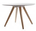V jejich stylu: Odkládací stolek Bee značky Zuiverm, masiv aMDF deska, 75 x 50 x 75 cm, cena 3999Kč, www.bonami.cz