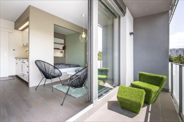Ohromnou výhodou bytu je ilodžie, která vteplém období znásobuje obývací prostor. Veselý sedací nábytek je zvolen zcela vestylu celkového zařízení.