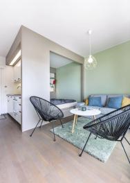 Vyrovnanost celého prostoru podtrhují iumírněné barvy, dubová dřevěná podlaha asubtilní zařizovací kousky.