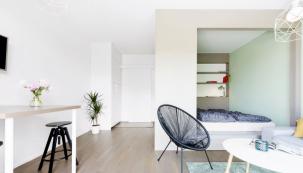 Zpoměrně malého prostoru dokázali architekti díky vestavnému boxu vytvořit praktický domov se všemi jeho funkcemi.