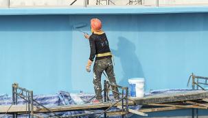 Pokud finální úprava fasády vašeho domu barevně koresponduje s dalšími exteriérovými prvky a ladí s okolím, váš dům se stává nepřehlédnutelnou součástí ulice či obce. Vedle vizuální stránky však denně čelí počasí a nejrůznějšímu namáhání včetně znečištění. Prvořadou úlohou omítek, štuků a také povrchových nátěrů je účinná ochrana stavby.