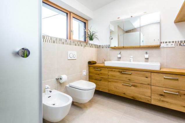 Toaleta sumyvadly zajímavě kombinuje velkoformátovou dlažbu amozaiku.