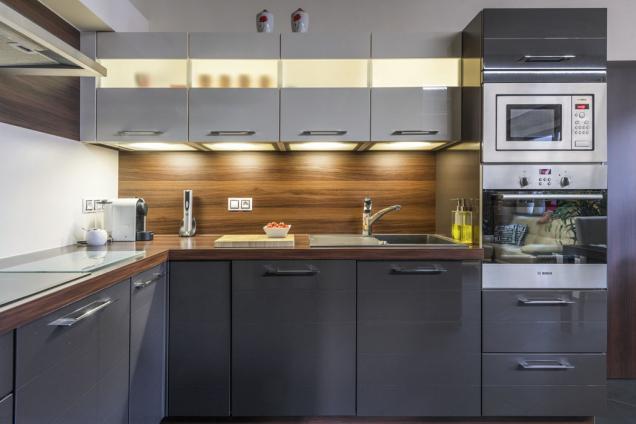 Kuchyň je relativně malá, ale nabízí dostatek úložného ipracovního prostoru. Díky nadčasovému designu nestárne aipo deseti letech působí stále svěže amoderně.