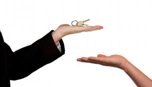Prodej nemovitosti není tak jednoduchý, jak by se na první pohled mohlo zdát – a to bez ohledu na to, zda prodáváte sami nebo pomocí realitního makléře. Potencionální kupci jsou totiž nároční a je potřeba přitáhnout jejich pozornost. Dávejte si proto pozor na zbytečné chyby. (Zdroj: Edox Reality)