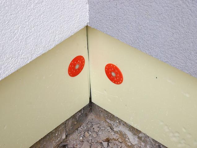 Pro větší trvanlivost a odolnost se soklové izolační desky fixují pomocí plastových terčíků. (Zdroj: Isover)