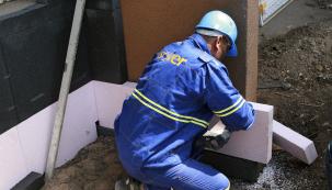 Sokl patří mezi nejvíce zatěžované partie budovy, protopotřebuje odpovídající ochranu. Bohužel, na každý dům sdobře zatepleným soklem připadá dvacet domů schybným provedením izolace. (Zdroj: Isover)