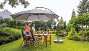 Slunečník Crystal je vyroben z odolného materiálu olefin. Praktický je ventilační systém ve vrcholu slunečníku i naklápěcí a kolem osy otočná střecha, cena 13 490 Kč (MOUNTFIELD)