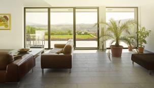 Návod, jaký typ oken zvolit pro danou stavbu je poměrně jednoduchý. Velikost okenního otvoru a design okna by měl korespondovat s charakterem domu. Je zřejmé, že do moderních staveb funkcionalistického typu se hodí jiný typ oken, než do staršího rekonstruovaného domu nebo činžáku. (Zdroj: REHAU)