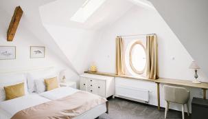 Vpodkroví najdete krásná apartmá svysokými stropy, dřevěnými podlahami avýhledem na historické náměstí či do klidné zahrady.