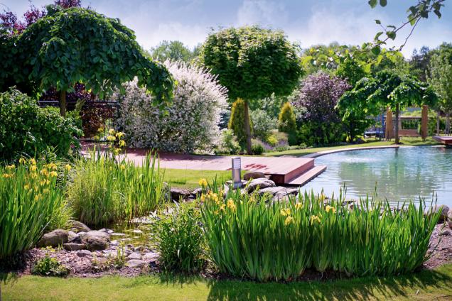 """""""Nejkrásnější čas je ten, který můžete strávit se svými dětmi,"""" říká majitel zahrady vČimelicích azasloužilý otec pěti dětí. Přizpůsobil tomu ikoncepci rodinné zahrady anávrh svěřil renomovanému ateliéru zahradní tvorby Ferdinanda Lefflera."""