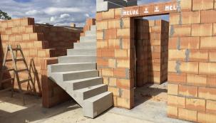 Moderní výstavba se dnes orientuje převážně na otevřené prostory, přesto je vdomě spousta míst definovaných stěnami. Při stavbě nových příček se nejčastěji používají cihly, bloky, příčkovky či tvárnice. (Zdroj: HELUZ)