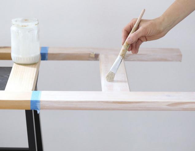 2. Papírovou lepicí páskou oddělte plochu, kterou budete natírat barvou. Tuto část nejdříve natřete bílou (nebo tónovanou) barvou zředěnou s vodou v poměru 1 : 1.