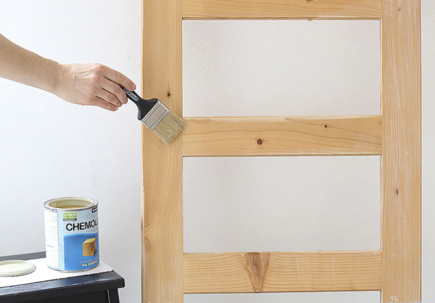 4. Zbývající část žebříku jemně natřete bezbarvým, vodou ředitelným lakem na dřevo.