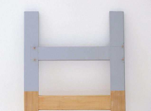 5. Konzoly uchyťte na obou koncích žebříku dřevěnými kolíky a lepidlem. Můžete použít také vruty.