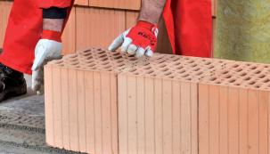Přesnost arovinnost uložení dílčích stavebních prvků (týká se samozřejmě jak obvodového, tak ipříčkového zdiva) je předpokladem kvality budoucího celku (WIENERBERGER)