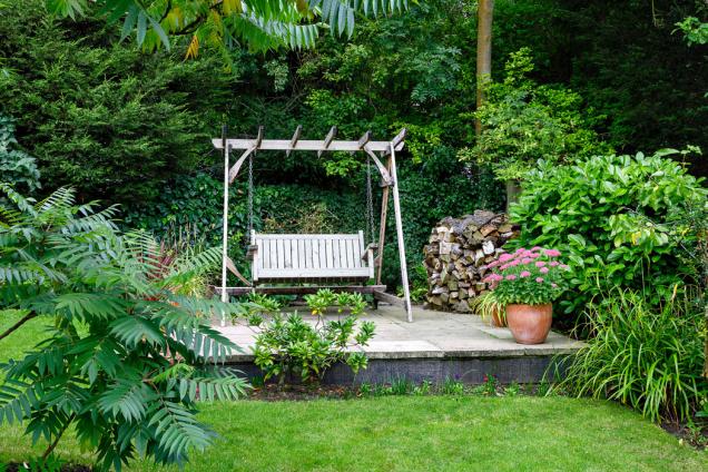 Zahradní prvky pro letní zábavu volíme nejenom podle věku dětí a jejich zálib, ale také podle stylu zahrady.