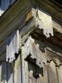 5. Tesařské ozdoby: Původní roubené stavby se mohly pyšnit bohatým zdobením v jakémkoliv detailu. Dnešní repliky chalup jsou ochuzeny o tyto detaily, zdobení jsou si velmi podobná a skládají se většinou jen z jednoduchých lišt.