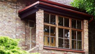 Přínos starých poctivých řemesel v dnešní  výstavbě chybí. Je to velká škoda, města i vesnice ztrácejí genia loci. Při rekonstrukcích z původně honosných a kvalitních staveb vznikají napohled levné domky. Veškerá práce tehdejších architektů i tesařů, štukatérů a truhlářů mizí pod vrstvami polystyrenů, dřevo nahrazuje plast. A okna bez původních příček vyslepla a z bydlení se stávají fádní jednobarevné krabice. Ale naštěstí se opět vrací tendence zachovat původní styl starých domů. Tak i s použitím moderních technologií se můžete opět setkat s replikami původních řemesel.