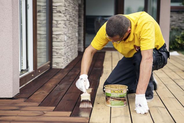 Na ochranu aošetření dřeva vexteriéru můžete použít napouštěcí olej na vodní bázi Bondex Extreme Decking Oil (BONDEX)
