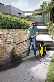Očistu si zaslouží nejen váš plechový miláček, ale také okolí domu. Stlakovou myčkou K7 Premium Full Control Plus Home je to docela zábava anavíc šetříte až 80 % vody (KÄRCHER)
