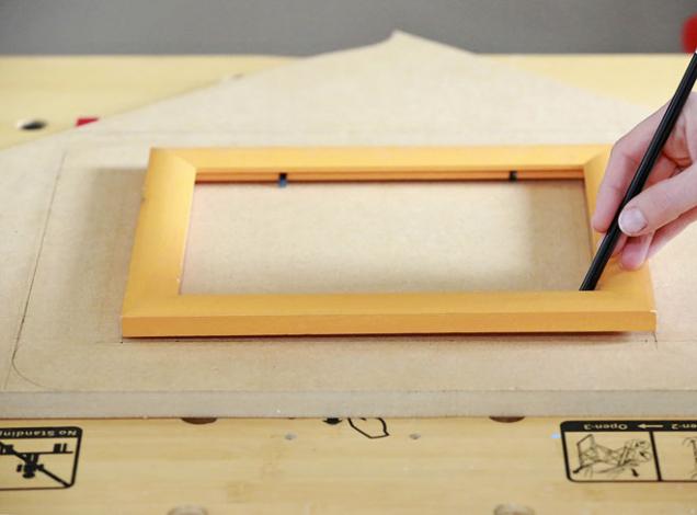 1. Na MDF desku nakreslete starý rámeček a kolem něj nakreslete nový, o několik cm širší než původní. Oblé rohy vytvořte např. pomocí malého šálku.