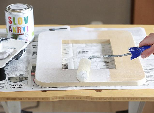 5. Rámeček napenetrujte bílou barvou zředěnou s vodou v poměru 1 : 1. Po uschnutí ho přebruste jemnou brusnou houbičkou.