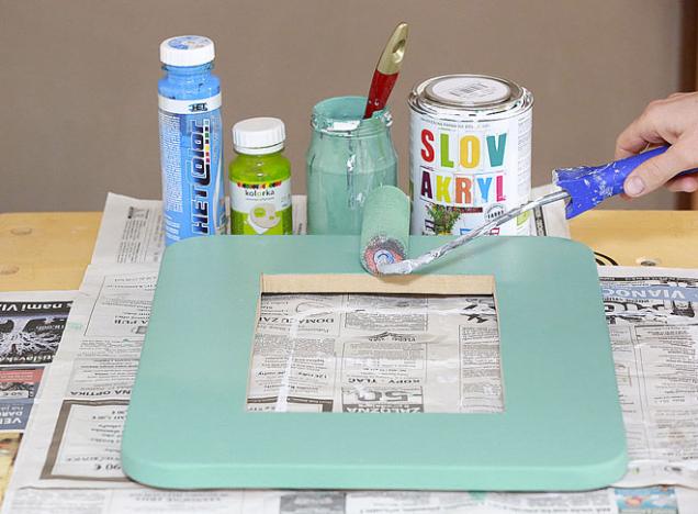 6. Rámeček natřete neředěnou tónovanou barvou. Pokud chcete dosáhnout méně sytého odstínu, přidejte tónovací barvu do bílé barvy, kterou jste si odlili zvlášť do skleničky.