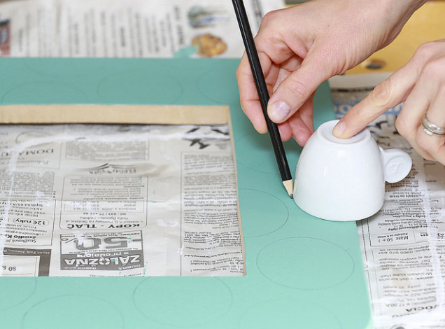 7. Jakmile podkladová barva zaschne, začněte s kreslením vzoru, např. koleček. Ta snadno vytvoříte, když si na pomoc vezmete šálek.