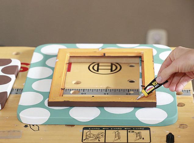 9. Po uschnutí barvy naneste lepidlo na zadní stranu menšího rámečku a přilepte ho na větší. K zavěšení ani nepotřebujete ouško.