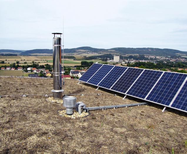 Ozeleněná střecha se soustavou FV panelů (12m2 pro ohřev vody) spřípravou na 24m2 FV panelů pro doplnění bateriového úložiště.