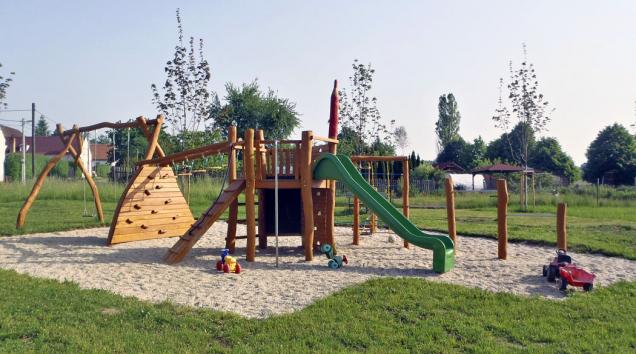 Herní sestava Pokuston složená zdvojhoupačky askluzavky stabulí. Prvek je vyroben zakátového dřeva (www.trantos.cz)