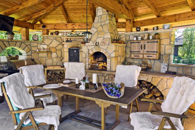 Venkovní kamenná kuchyně eliptického tvaru svelkým barem sdeskou zmasivního dřeva, grilem audírnou. Kuchyně je postavena zpískovce svysokým obsahem křemene, což je materiál odolný proti povětrnostním vlivům (HRDINA-PÍSKOVCE)