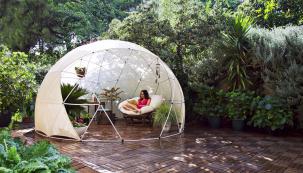 Stylová zimní zahrada, čtecí koutek či letní altánek – to vše je zahradní igloo. Je vyrobeno zkvalitního materiálu, který je odolný vůči nepříznivému ipříliš teplému počasí. Ideální na léto ina zimu, igloo na celý rok (BONAMI)