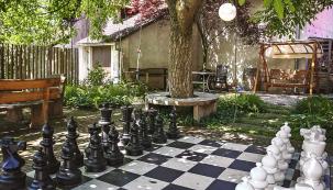 Zahradní šachy jsou oblíbenou kratochvílí seniorů. Další možností, která nevyžaduje žádnou velkou investici, je pétanque (foto ateliér Flera)