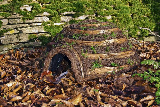 Boudička pro ježky tvarem připomíná iglú. Je pletená z proutí a vyztužená pevnou kovovou konstrukcí. Ježek v ní má dostatek místa, sucho a klid.