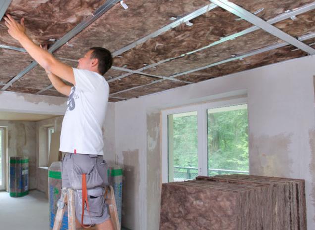 Výstavba předsazených stěn či podhledů ze sádrokartonových desek je velmi rychlá a čistá. Dá se bez větších obtíží zrealizovat i za plného chodu domácnosti.