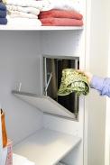 """Řeší starosti skaždodenním sběrem špinavého (ponejvíce dětského) prádla. Sestává ztrubních dílců průměru 250 až 300mm, vzájemně pospojovaných aumístěných například vinstalační šachtě domovních rozvodů, sdvířky skrytými ve skříni nebo na jiném vhodném místě. Vede zhorní koupelny nebo šatny přímo do prádelny nebo """"technické"""" koupelny. Lze jej pořídit přímo od výrobců (varianta zplastu nebo nerez plechu). Dodatečná instalace vyžaduje určité stavební úpravy (probourání otvoru vpodlaze, instalaci dvířek, upevnění trubek na stěnu aopláštění sádrokartonem atd.). Více například na www.shozy-pradla.cz."""
