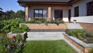 Malé zahrady vyžadují dokonalý koncept vyřešený do detailů, protože na malém prostoru na sebe nedostatky více upozorní. Toho si byli vědomi imajitelé pozemku vNymburku. Aby se vyvarovali problémů, povolali na pomoc architektku, které zahrada doslova vykvetla pod rukama.
